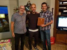 L'alcalde i el regidor de Comunicació van portar el llibre d'honor a Pep Guardiola